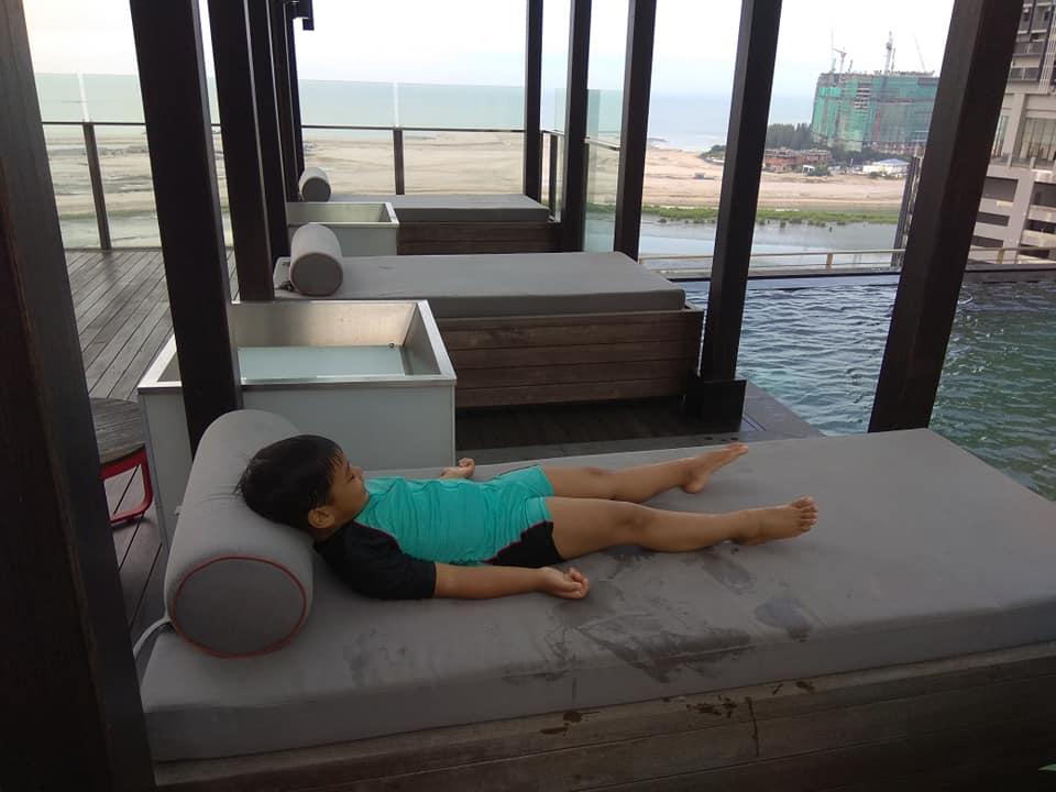 Anak berehat setelah puas mandi mandi manda