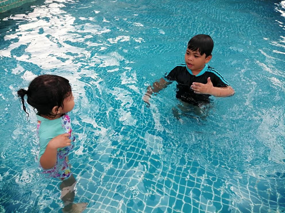Abang ajar adik berenang
