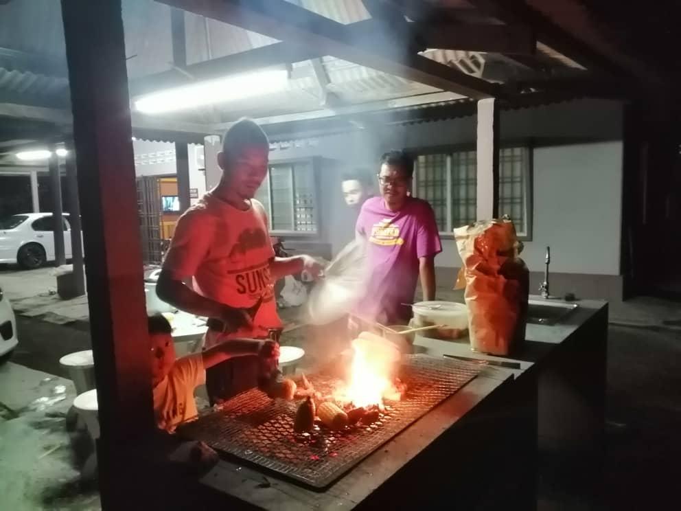 Ber barbeque pada waktu malam