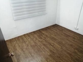 Lantai bilik yang telah siap ditampal dengan vinyl floor