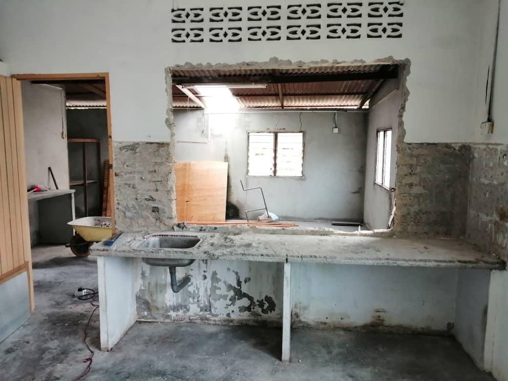 pecah tingkap dapur dan disimen penuh dalam proses untuk renovation rumah