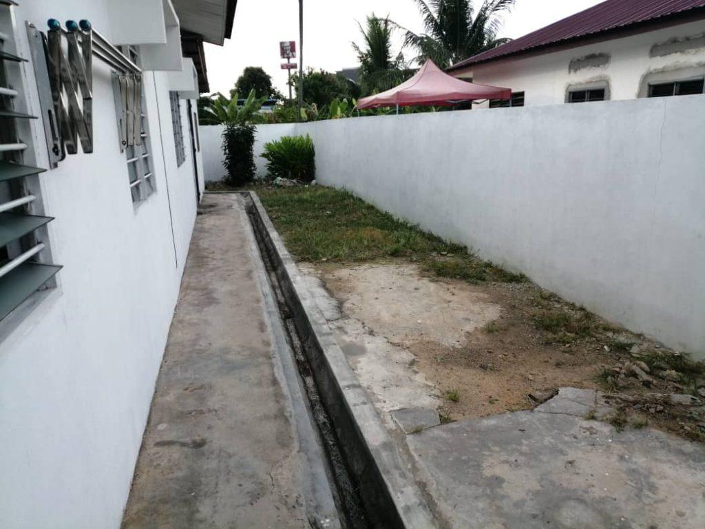 Rumput Dibelakang rumah setelah dipotong sorry gambar agak jauh