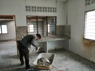 Sebelum proses pemecahan tingkap dan dinding serta tiles dapur.